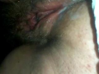 Bekannte Freundin masturbiert sich und ist wie immer extrem feucht.