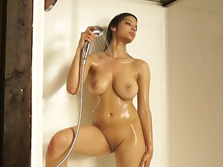 Qwerty - Babe in shower