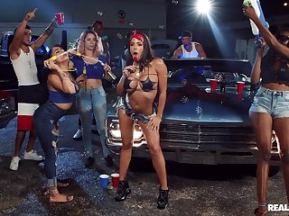 Great garage gangbang fuck be advisable for gregarious girly Luna Superstar
